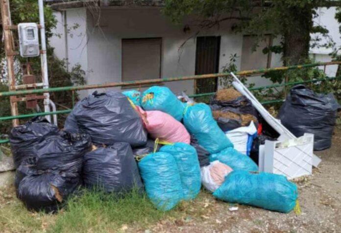 Ογκώδη απόβλητα στα πεζοδρόμια